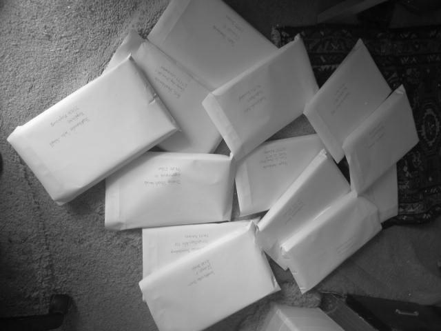 img  50 cm Stapel Papier, 13 der 16 Liebesbriefe.